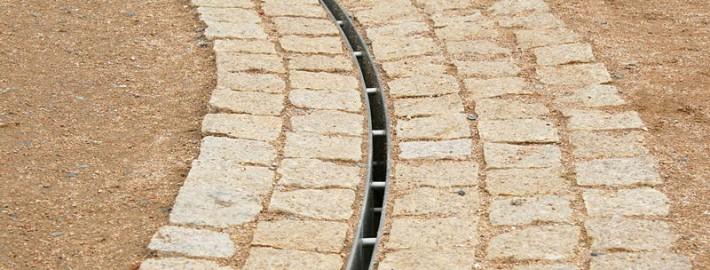 Eine Schlitzrinne dient der Gartenentwässerung