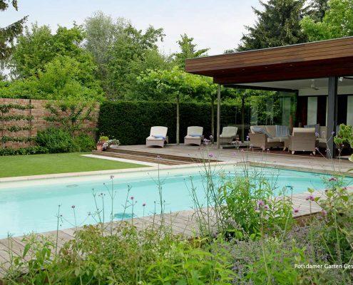 Living Pool und Pflanzen im Garten