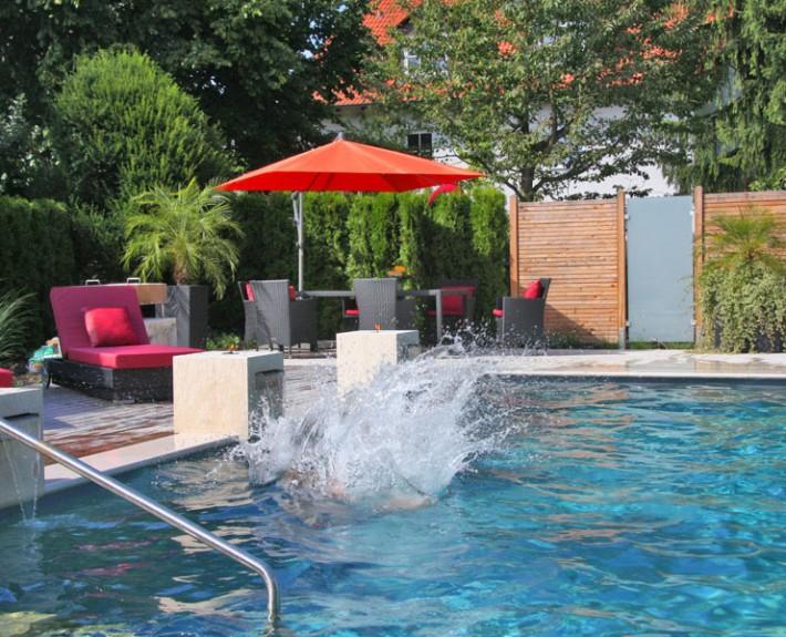 Der Biotop Living-Pool mit klarem Wasser