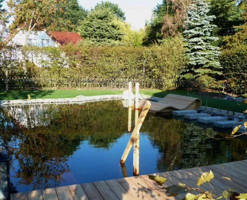 Schwimmteich in Hausgarten