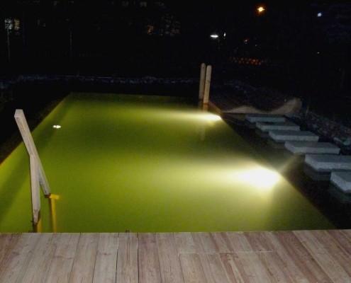 Schwimmteich mit Nachtbeleuchtung
